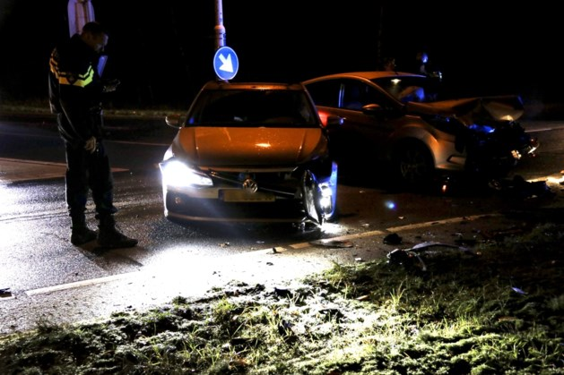 Flinke aanrijding op kruispunt in Heijen, inzittende gewond naar ziekenhuis