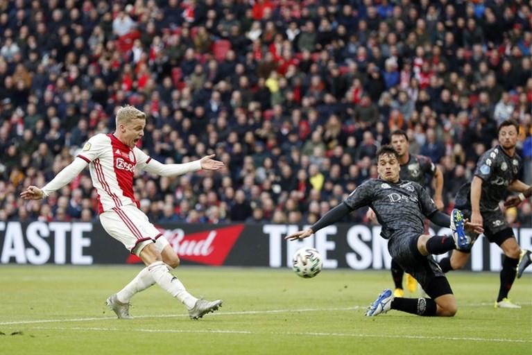 Matig Ajax zes punten los na magere zege, zorgen om Ziyech