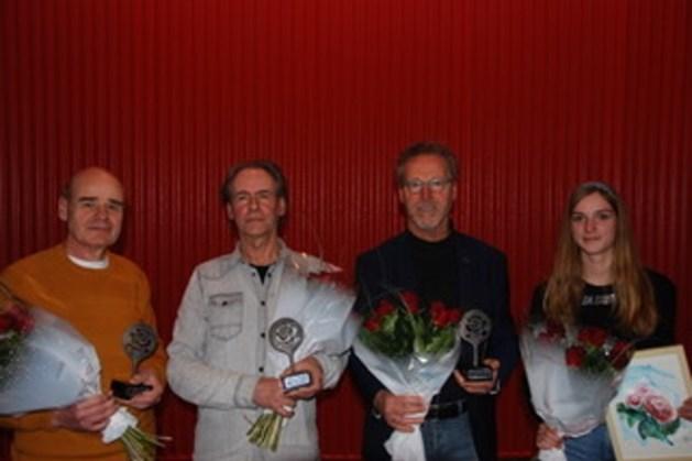 Prijzen schrijfwedstrijd de Raadselige Roos uitgereikt