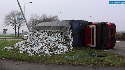 Video: Vrachtwagen kantelt op N270 bij Venray, chauffeur gewond