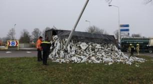 Vrachtwagen kantelt op N270: chauffeur gewond