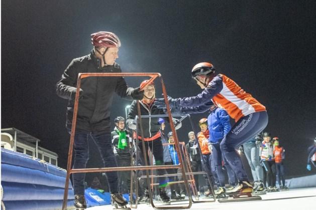 Politici begeven zich op het ijs van schaatsbaan Geleen