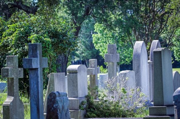 Man op begraafplaats laat geslachtsdeel zien aan bejaarde vrouw