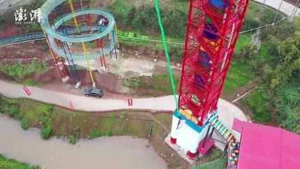 Levend varken van toren gegooid in Chinees pretpark