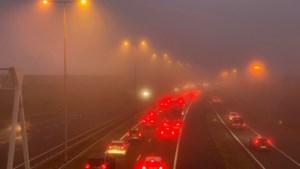 Grote verkeershinder op Limburgse snelwegen vanwege dichte mist