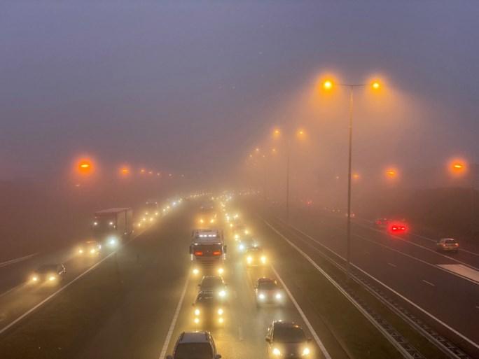 Grote verkeershinder op Limburgse snelwegen vanwege dichte mist tijdens avondspits