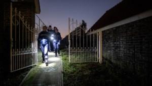 Witte voetjes geven tijdens wijkschouw in Spaubeek aan waar een inbreker had kunnen lopen