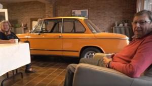Echtpaar zet elke avond de auto in de woonkamer: 'Als er niks op tv is, kijk ik naar mijn BMW'