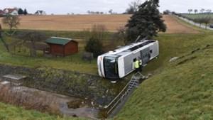 Twee kinderen overleden bij buscrash Duitsland: ruim twintig gewonden, minister geschokt