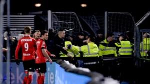 Man (30) aangehouden voor verwonden agent met stoel bij voetbalrellen