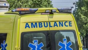 Ritje naar spoedmelding loopt verkeerd af: ambulance botst tegen verkeerspaal