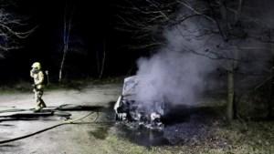 Auto volledig verwoest door brand, mogelijk brandstichting