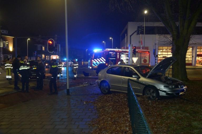 Twee auto's botsen tegen elkaar bij brandweerkazerne