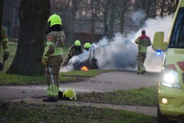 Auto raakt van de weg en vliegt in brand: twee gewonden