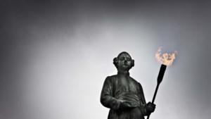 Vandalen slaan opnieuw toe: gasvlamhouder standbeeld van Minckelers gestolen