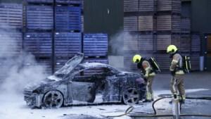 Geparkeerde auto brandt uit in Afferden