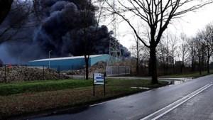 Video: Grote brand bij recyclingbedrijf Venray, gitzwarte rook over A73