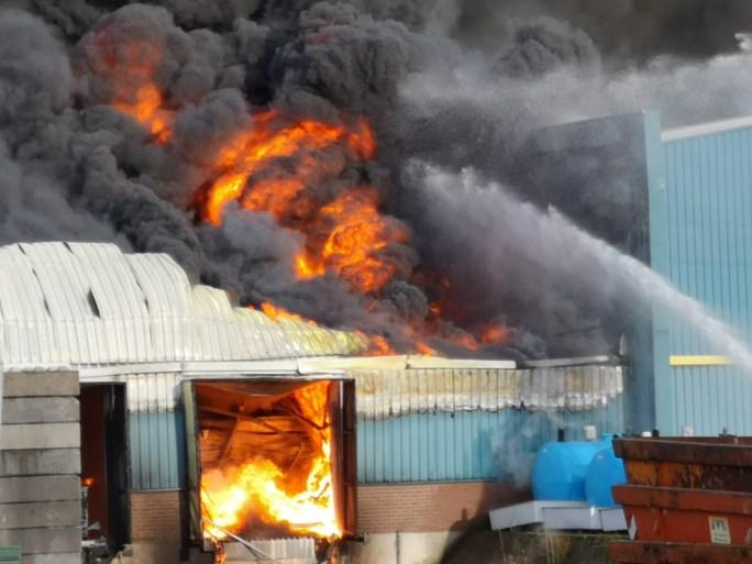 Video: Grote brand bij recyclingbedrijf Venray onder controle, nablussen gestart