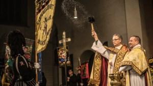 Met een carnavaleske twist in de Sint-Servaasbasiliek bidden voor een gezegende <I>vastelaovend</I>