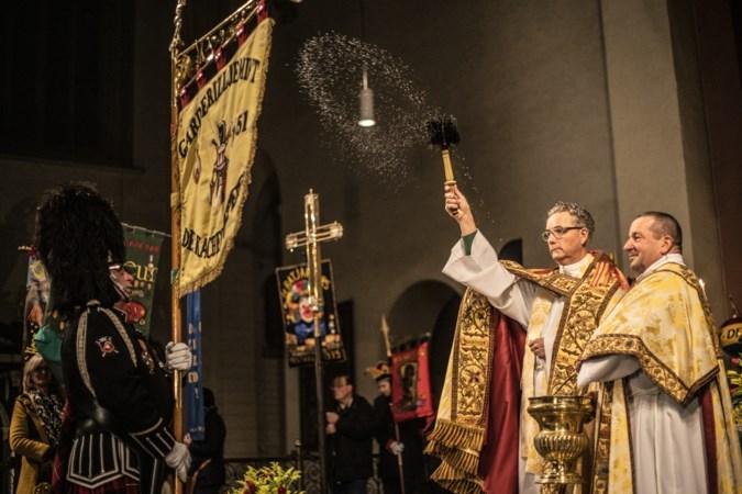 Met een carnavaleske twist in de Sint-Servaasbasiliek bidden voor een gezegende vastelaovend