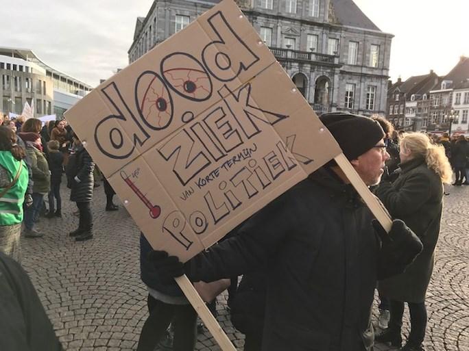 Video: Stakende leerkrachten bijeen op de Markt in Maastricht