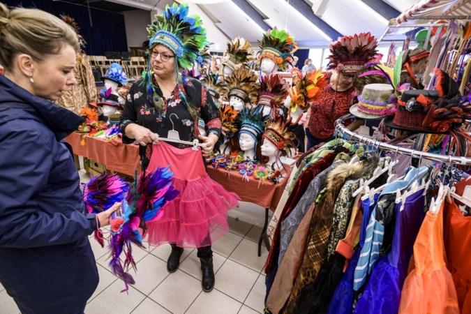 Ton (92) op de carnavalsmarkt: 'Ik kom genieten van al het moois'