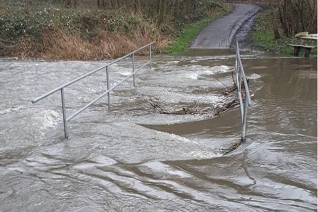Bruggetje in Thull overstroomd door hoog water in Geleenbeek