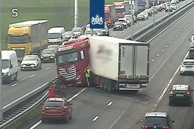 Ongeluk met vrachtwagen op A2 bij Roosteren zorgde voor flinke vertraging: weg inmiddels vrij
