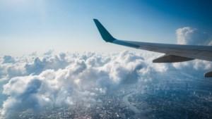 Paniek in vliegtuig: man (29) maakt selfie en schreeuwt dat hij het coronavirus heeft