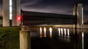 Hoogwater: keersluis bij Limmel zakt voor het eerst in kanaal