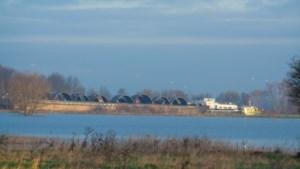 Schip vaart tegen spoorbrug over de Maas: treinverkeer tijdelijk stilgelegd