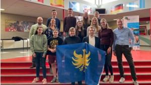 Sintermeertencollege deelt Heerlense vlaggen uit voor reis naar Peru