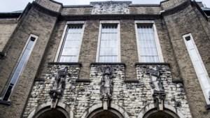Reliëfbeelden op gevel oud-gouvernement in Maastricht 'onthoofd'