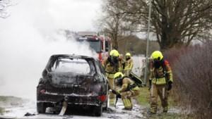 Auto vliegt tijdens het rijden in brand, bestuurder ontsnapt