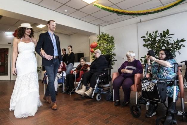 Valentijnsdag in zorgcentrum Geleen: daar komt de bruid