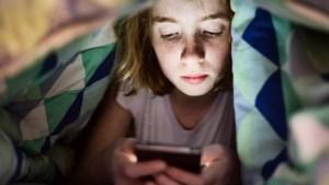 Waarom tv kijken in de avond beter voor je is dan staren naar je smartphone