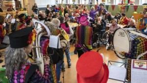 Bont verklede muzikanten van Kepel Gootgemootj bezoeken ouderen in zorgcentra: 'Beter dan een receptie'