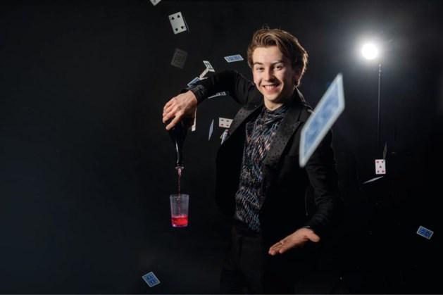 Nigel (18) uit Haler is toneelgoochelaar en wil Hans Klok achterna