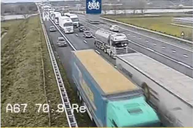 Veel weggebruikers in file op A67 over vluchtstrook: 'Houd strook vrij voor hulpdiensten'