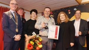 Bronzen waarderingspenning voor buuttekampioen Theo Nellen