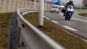 Motorrijders vrezen 'botsvriendelijke' lichtmasten die in bocht bij Schinnen vóór de vangrail staan