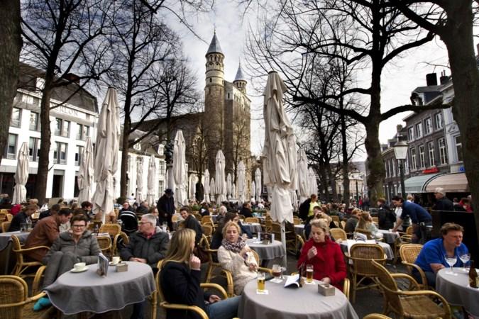 Staand of zittend drinken op Maastrichtse terrassen?