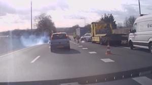 Video: Engeltje op de schouder, Ford Ka ontsnapt aan crash met vrachtwagen op A2