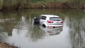 Video: Automobilist rijdt nieuwe wagen kort na aankoop het water in