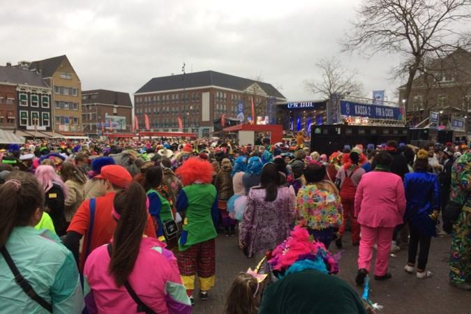 Foto's: Carnavalsvierders drommen samen in centrum van Roermond