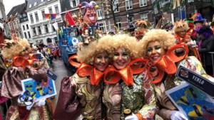 Grote carnavalsoptocht van Venlo: eerste deelnemers trekken door de stad