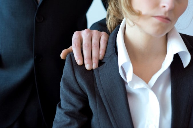 Boerende ambtenaar die snot schoot naar collega's terecht ontslagen
