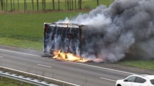 Aanhangwagen vrachtauto in brand: verkeer op A73 omgeleid