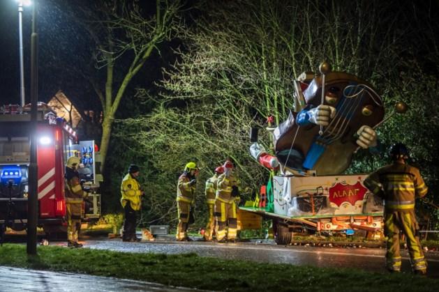 Drama met carnavalswagen: tractor kwam in berm terecht, wind niet van invloed