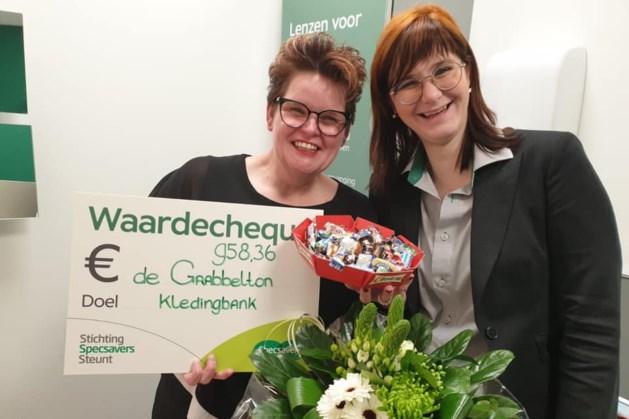 Kledingbank De Grabbelton Geleen ontvangt cheque van bijna duizend euro